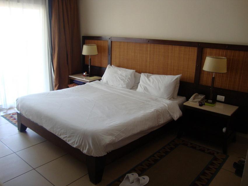 Кровать со свежим бельём.