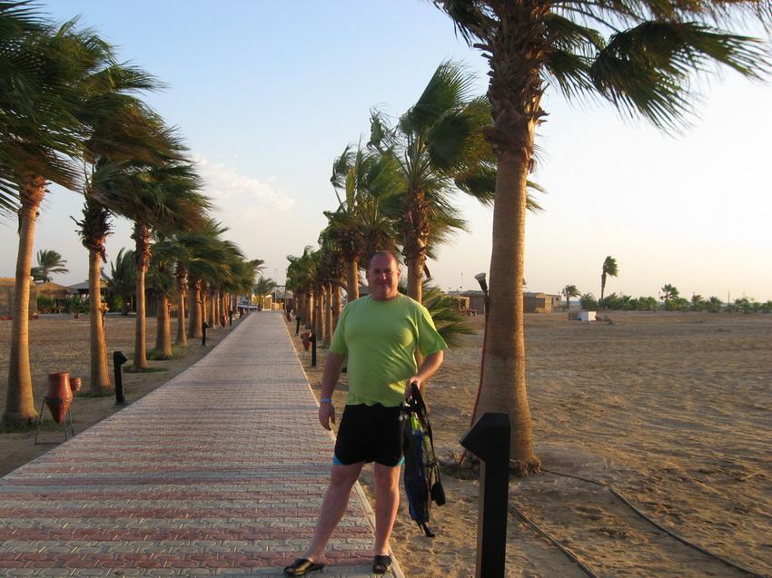 Территория отеля Корал Бич Ротана Резорт 4* огромная и пустынная.