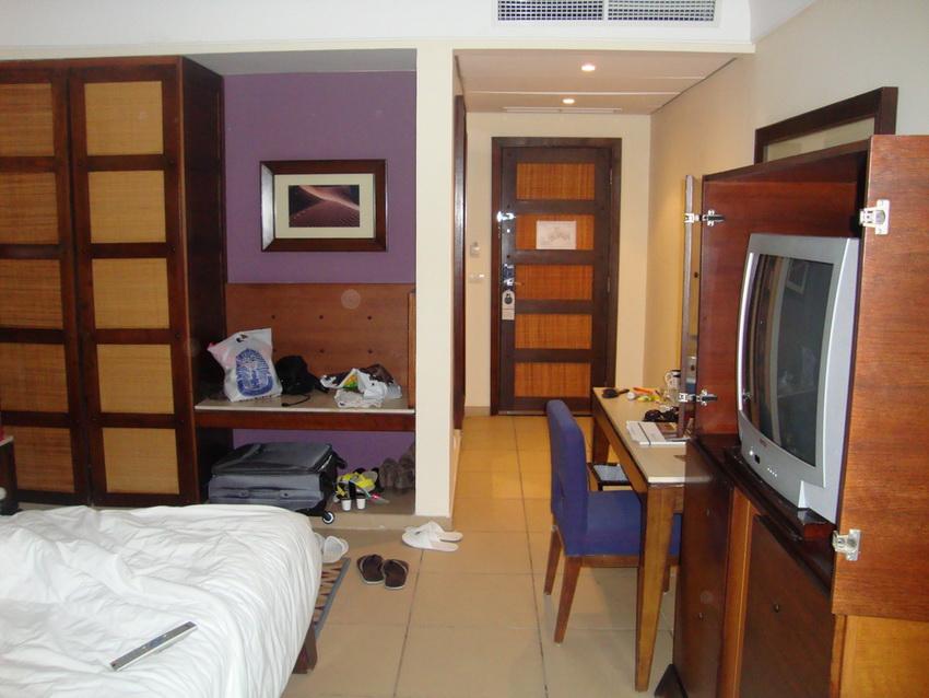 Старая мебель в номере и уставший телевизор.