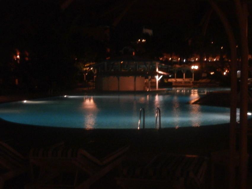 Бассейн вечером красиво подсвечивался.