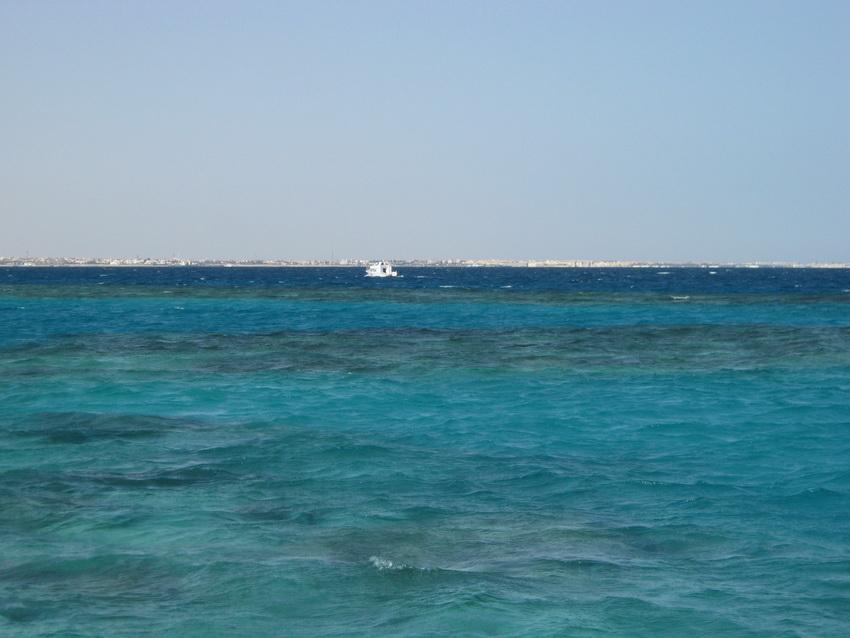 Километровый пляж и бескрайнее Красное море.