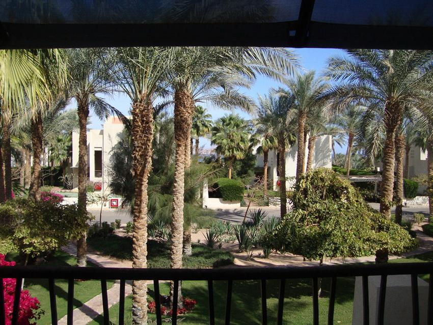 Вид на сад с балкона шестого этажа отеля Гранд Ротана Резорт 5 звёзд.