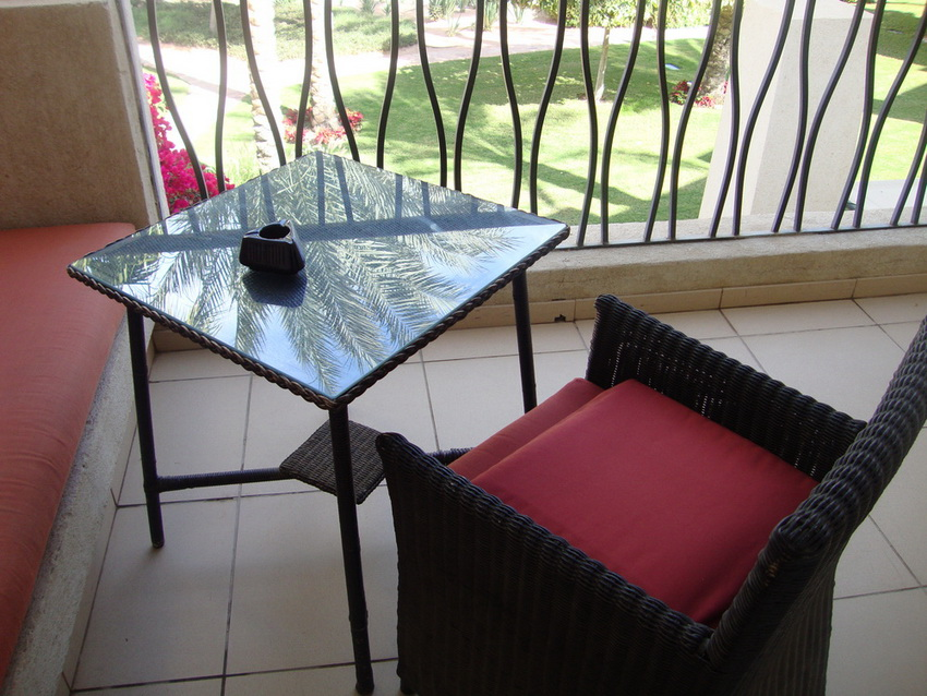 Столик и кресло на балконе.