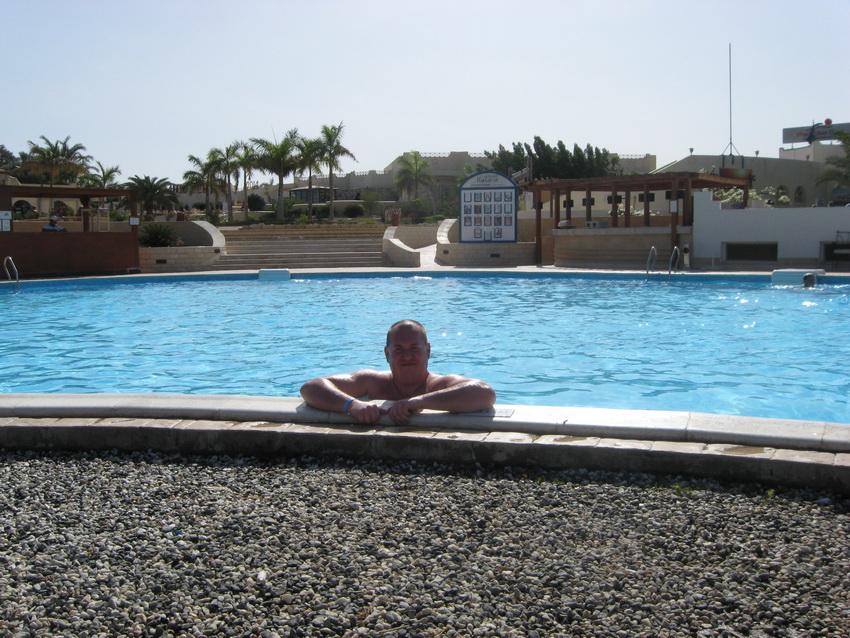 Основной бассейн отеля.