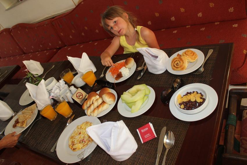 Завтрак в ресторане отеля Клуб Азур Резорт 4.