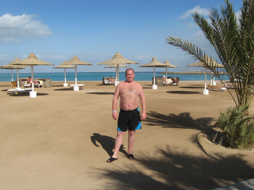 Соломенные зонтики на пляже.