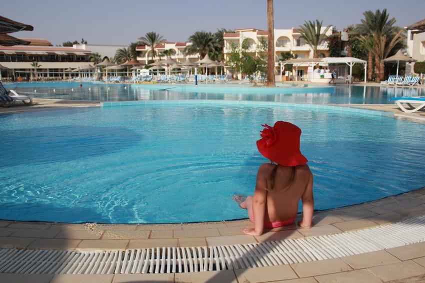 Бассейн занимает значительную часть территории отеля.