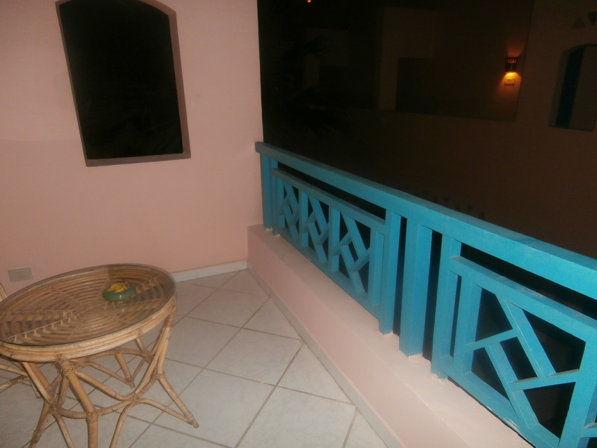 Если приглядеться, то с балкона можно увидеть море.