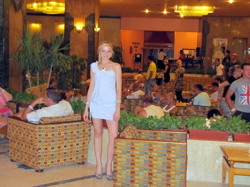 В холле отеля Дессоле Марлин Инн по пути на дискотеку.