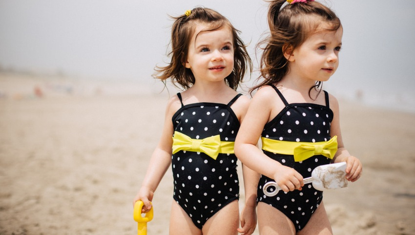 Близняшки на пляже