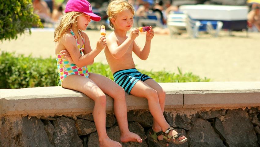 Дети кушают мороженое
