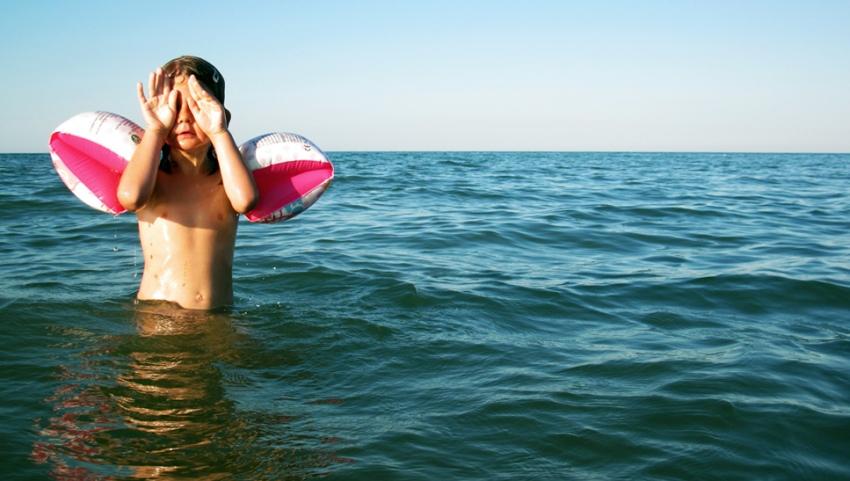 Ребенок купается в море