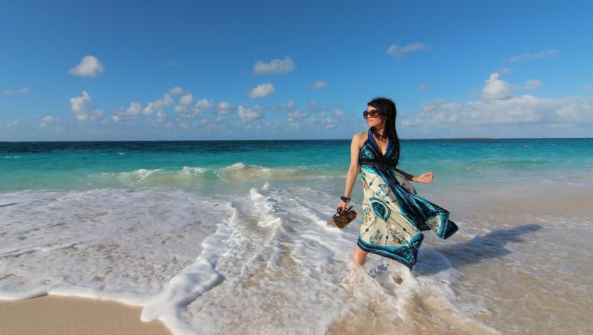 Девушка на песчаном берегу