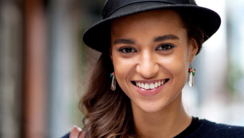 Девушка в черной шляпе