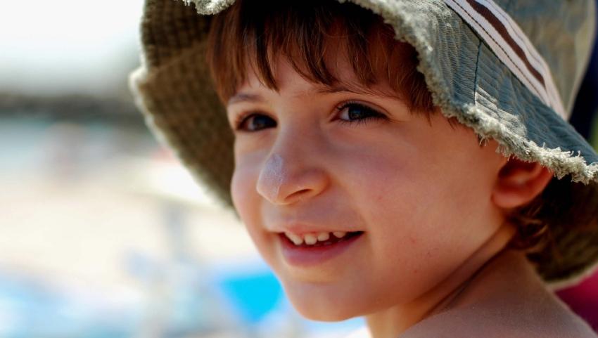 Мальчик в панаме
