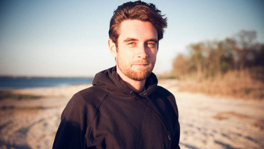 Молодой человек на пляже