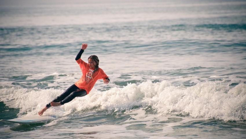 Девушка серфингистка