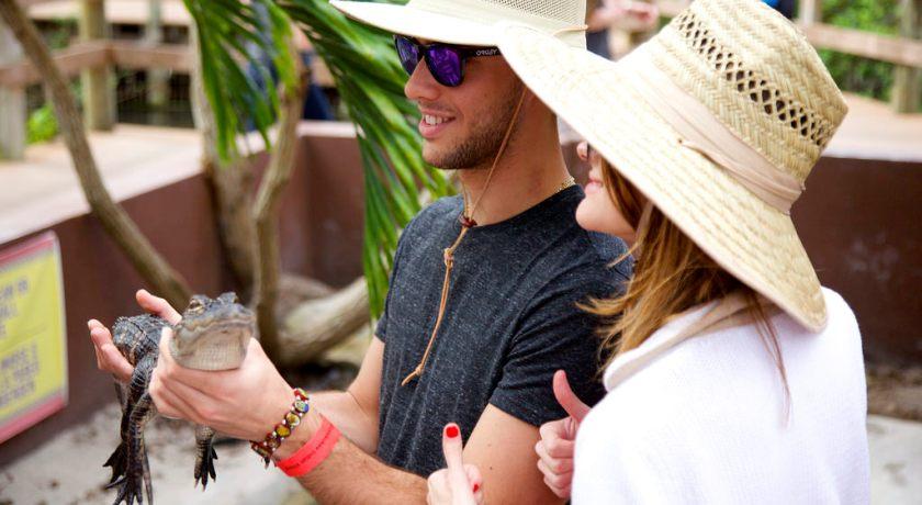 Парочка фотографируется с рептилией