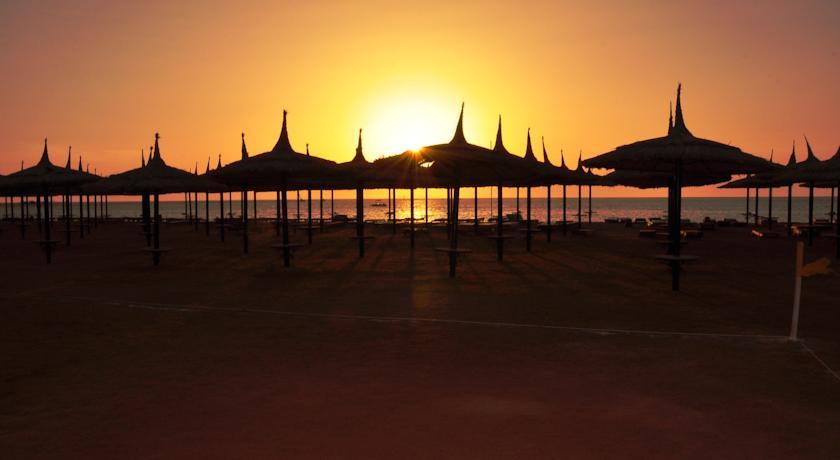 Зонтики на берегу моря