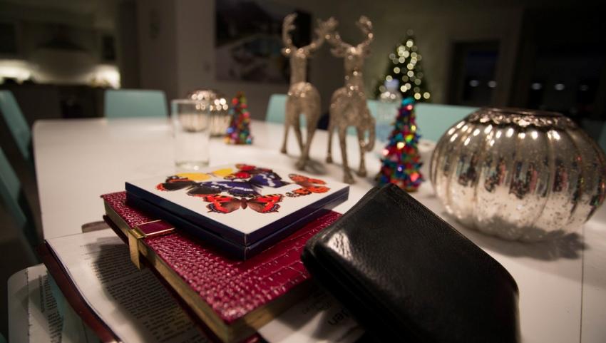 Стол с новогодней атрибутикой