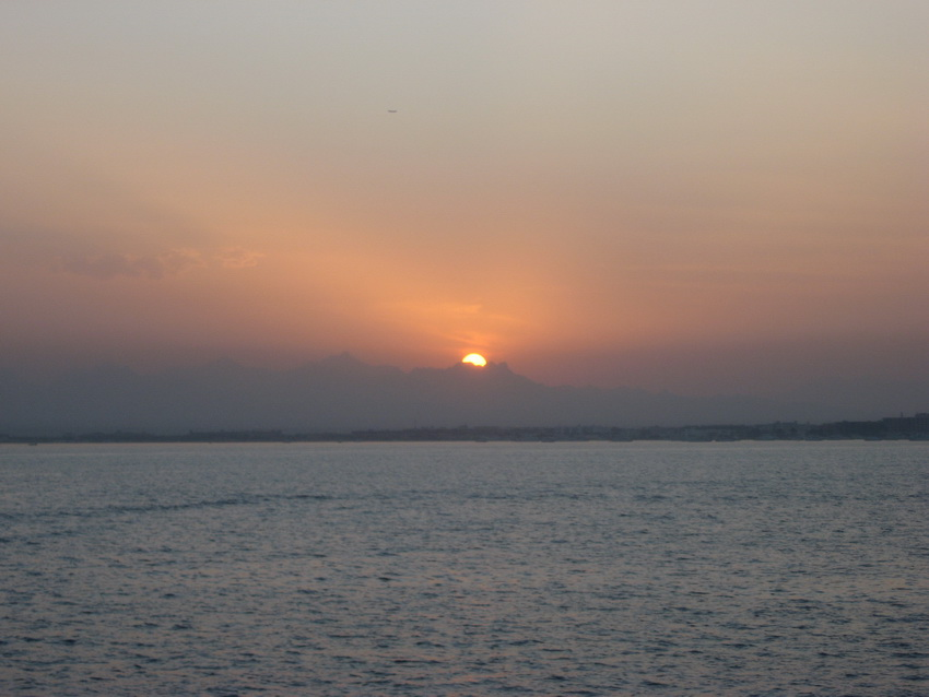 Солнце садится в Хургаде.