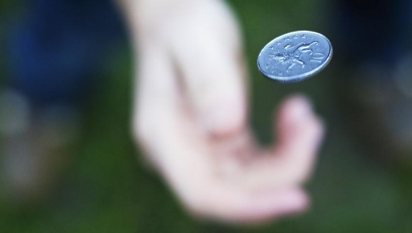 Бросать монетку.