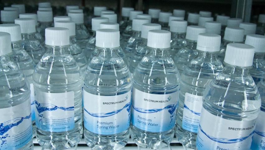 Вода в бутылках.