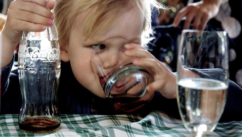 Пьём Кока-Колу.