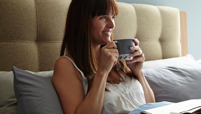 Девушка с кофе в постели