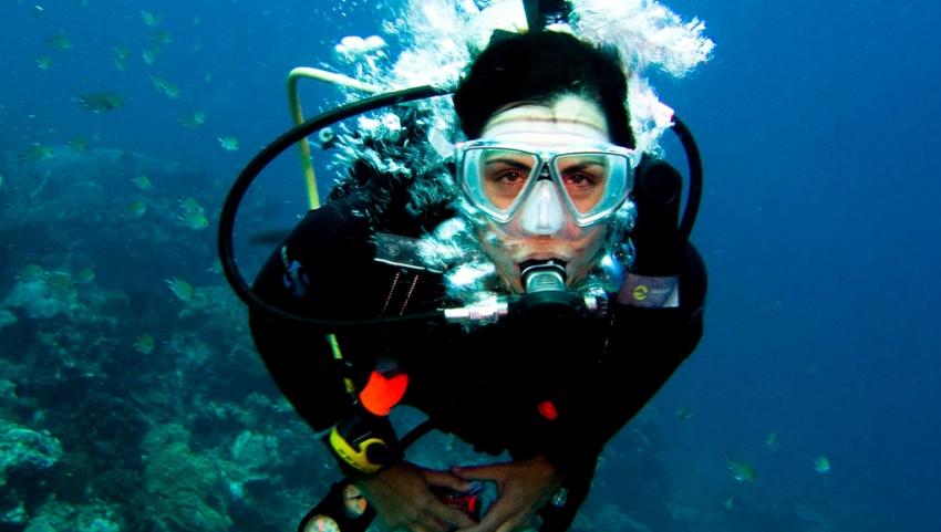 Девушка под водой.