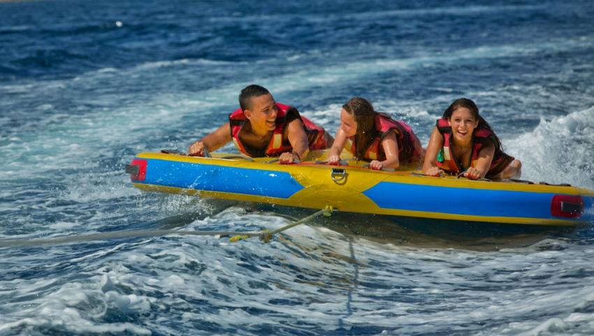 Люди в море на банане.