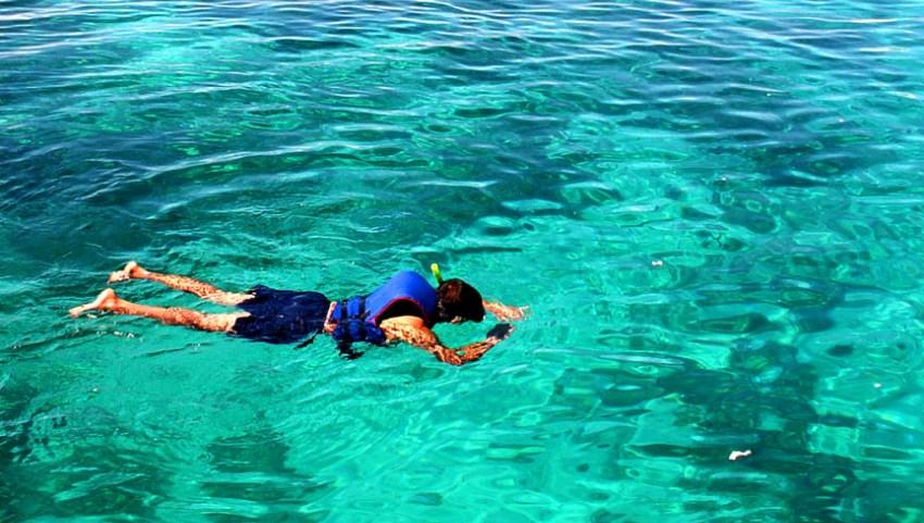 Плаваем с маской в море.