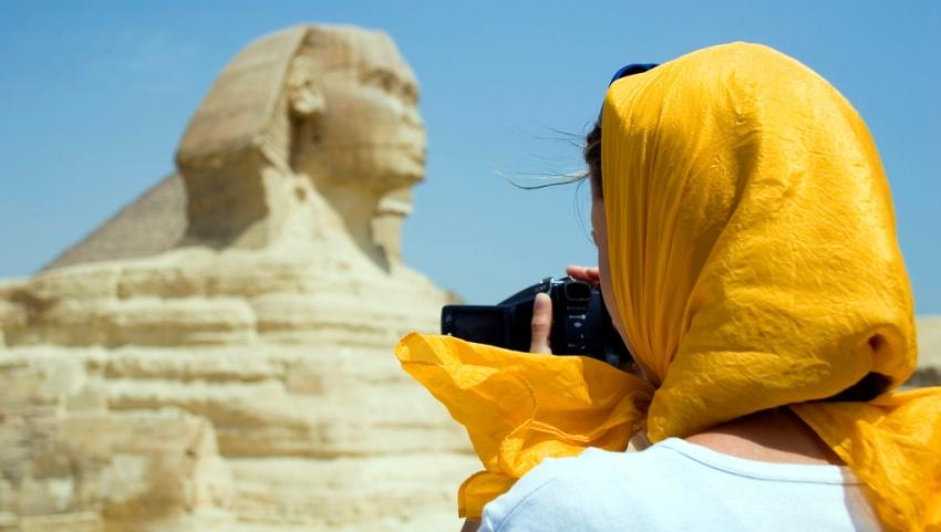 Девушка фотографирует сфинкса.