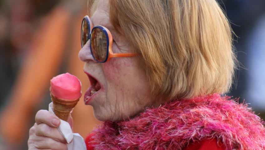 Бабушка с мороженым.