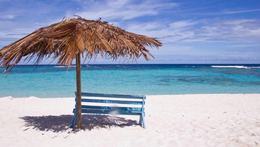 Белый песок на пляже.