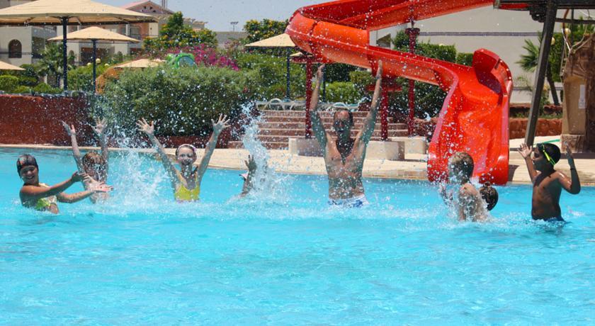 Дети в бассейне.
