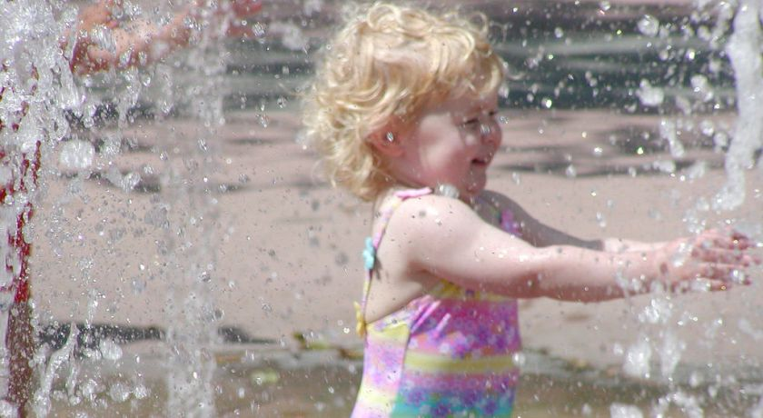Девочка у фонтанчика.