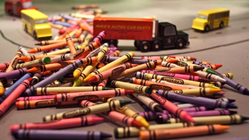 Цветные мелки и машинки.