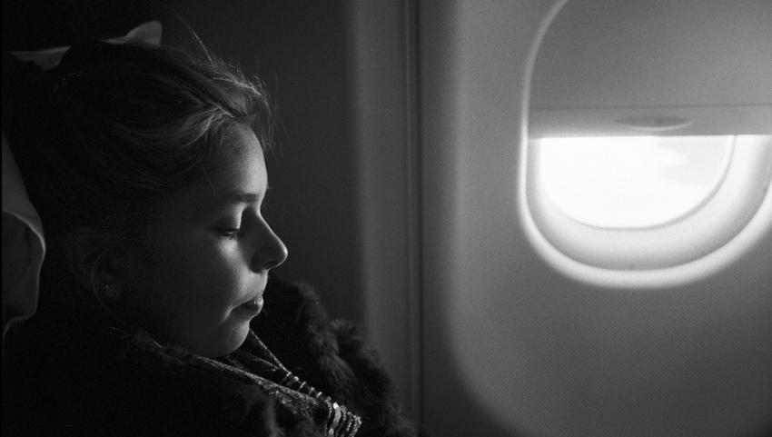 Девочка на борту самолёта.