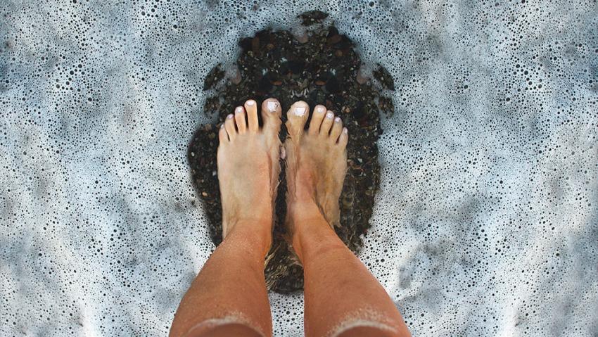 Ноги в воде.
