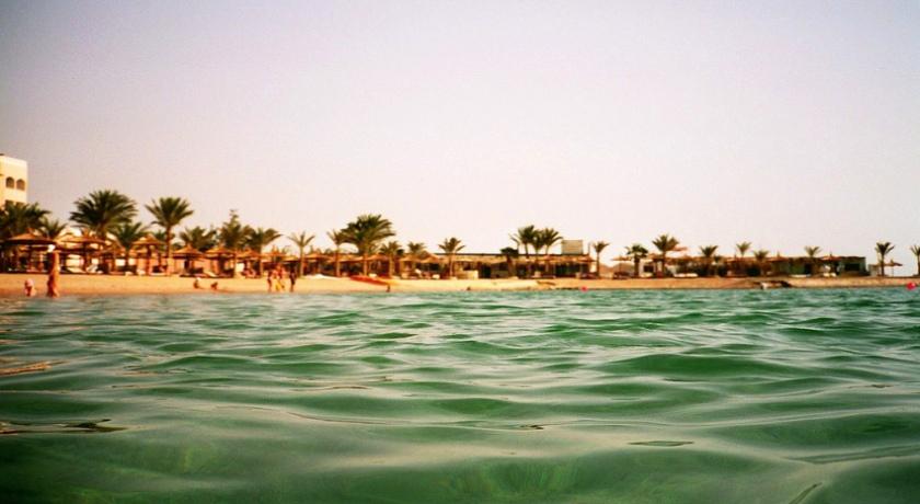 Пляж при отеле.