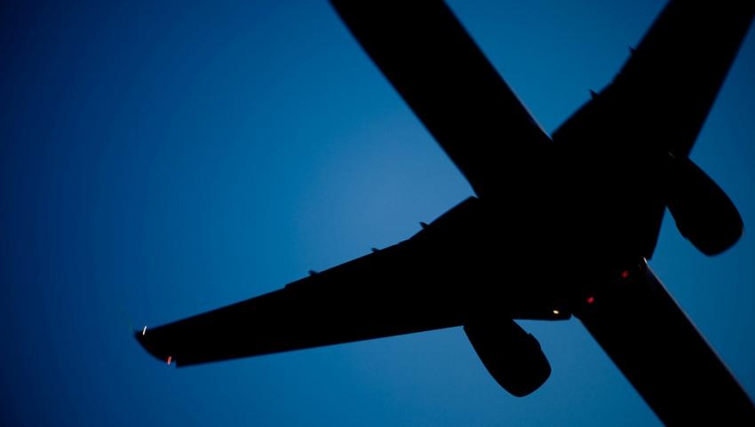 Самолёт в ночном небе.