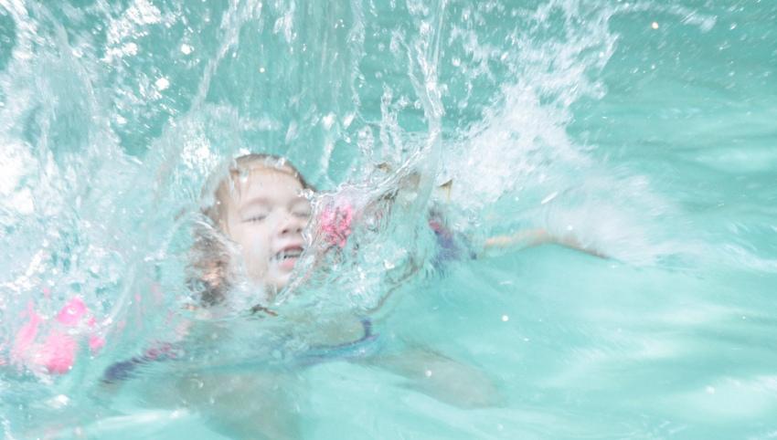 Девочка в бассейне.