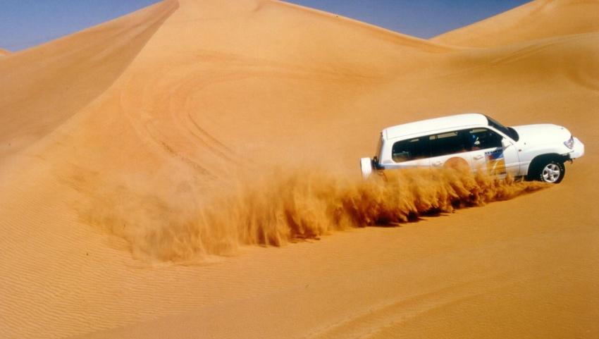 Автомобиль на просторах пустыни.