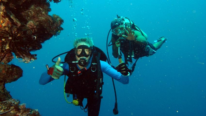 Дайвер с инструктором на глубине.