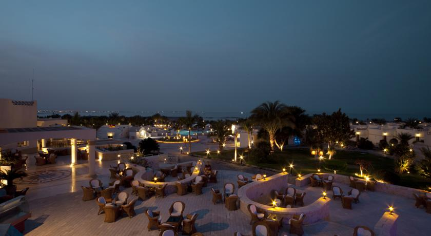 Территория отеля Coral Beach.