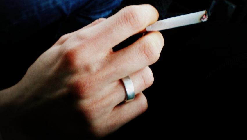 Курящий человек.