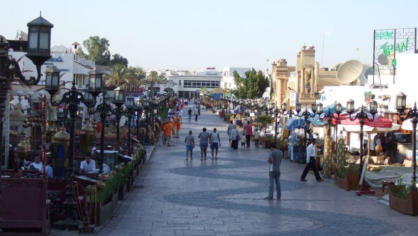 Главная улица Наама Бей.