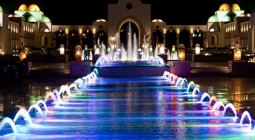 Palace Resort с вечерней иллюминацией.