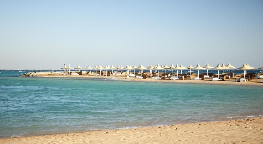 Песчаный пляж с зонтиками.